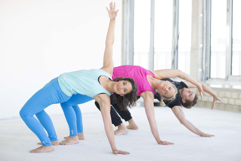 Zwei Frauen und ein Mann in Yoga Pose in der FYTT location Hamburg Groß Borstel
