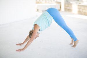 Frau in Yoga Asana Herabschauender Hund