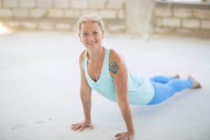 Miriam Wessels in der Yoga Pose Heraufschauender Hund