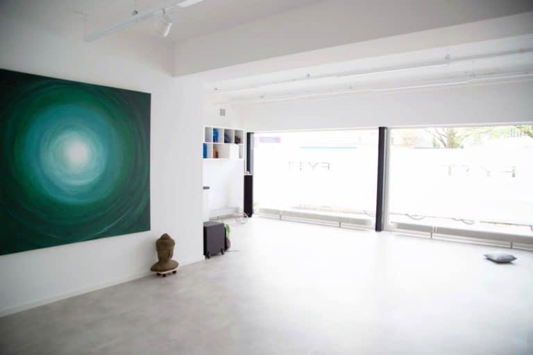 Bewegungsraum Fensterfront mit Yoga-Equipment in der der FYTT location in Hamburg Nord Groß Borstel