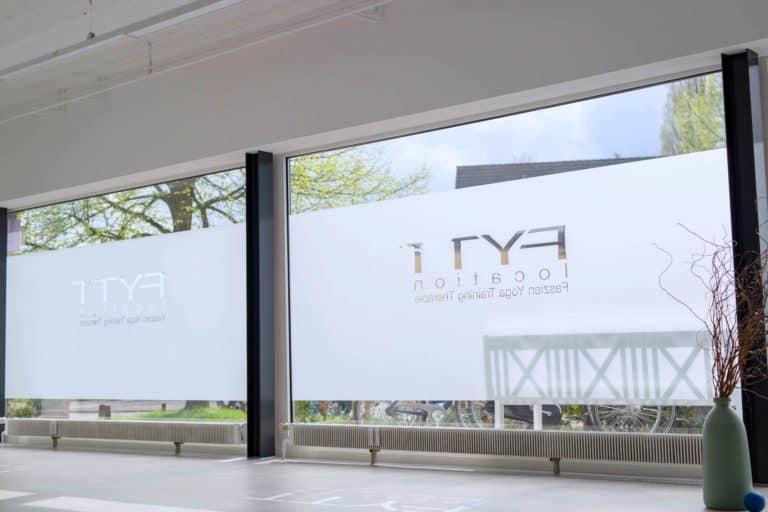 Fensterfront mit Logo der FYTT location Hamburg Groß Borstel