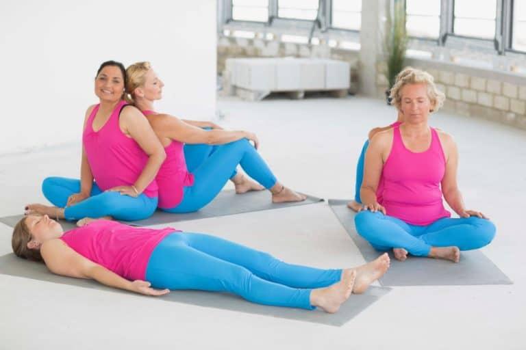 5 Frauen in Yoga-Asanas innerhalb eines Workshops in der FYTT location Groß Borstel